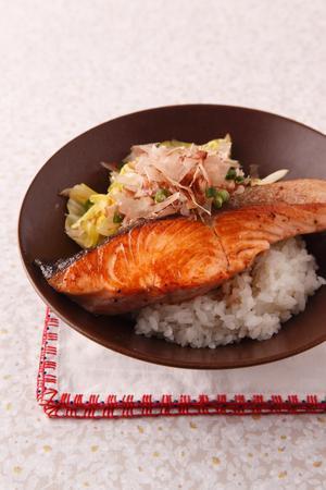 焼き鮭とキャベツののっけご飯