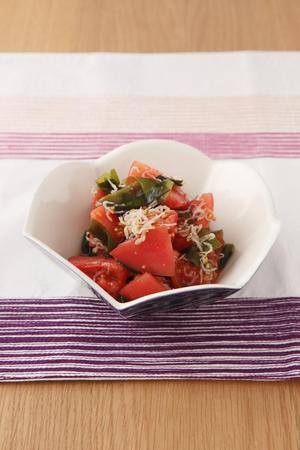 トマトとわかめのじゃこサラダ