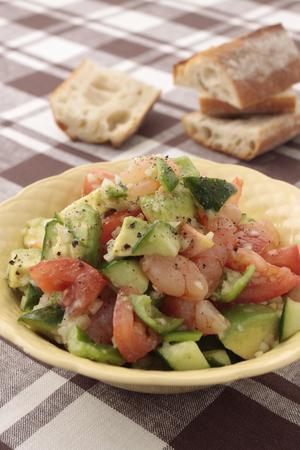 えびとアボカドの彩りサラダ