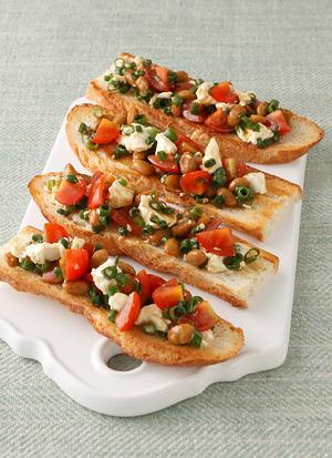 納豆とチーズ、トマトのブルスケッタ