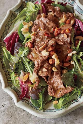 牛肉ソテーとナッツのサラダ