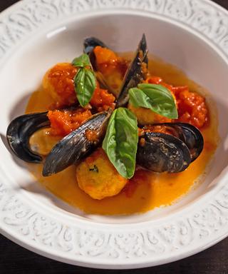 テルモリ風ペコリーノ・ロマーノ風味のパン団子とムール貝のトマト煮
