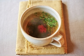 スプラウトと梅干しの塩昆布汁