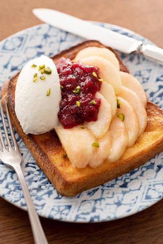 トースター焼きパン・ペルデュ(桃とラズベリージャムと特製クリームをのせて)