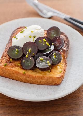 トースター焼きパン・ペルデュ(ぶどうと特製クリームをのせて)
