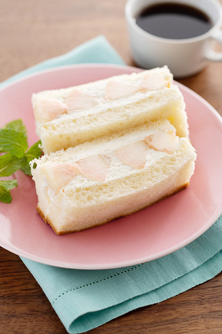バニラ香る ブリオッシュ風 リッチ パン・ド・ミの フルーツサンド(白桃)